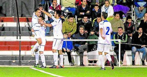 Lolo, del Castilleja, celebra el 0-1 logrado anoche en el Jos� Juan Romero de Gerena.