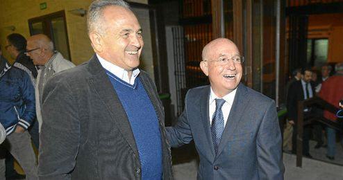 Serra Ferrer saluda a Gordillo en la presentación del libro ´Memorias del Betis´