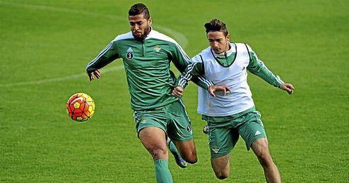 Tarek, en un entrenamiento, espera una salida del Betis.