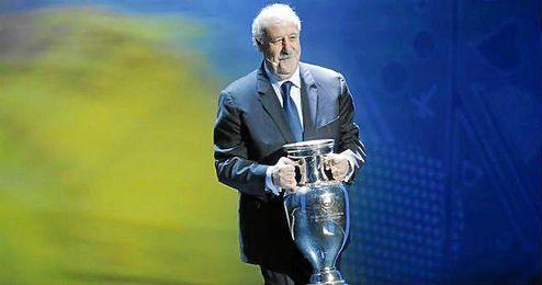 Del Bosque entregó la Eurocopa en la ceremonia del sorteo.