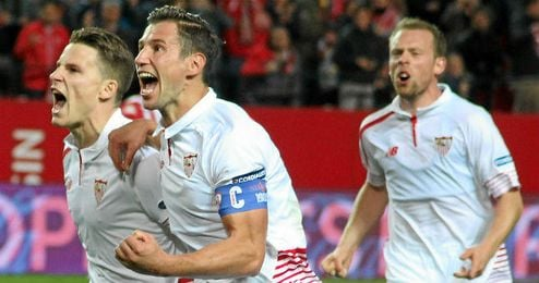 Krohn-Dehli, en segundo t�rmino celebrando el gol con sus compa�eros.