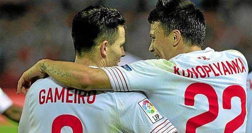 Gameiro y Konoplyanka celebran juntos uno de los goles ante el Getafe.