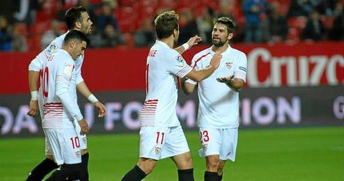 Immobile y Coke se abrazan tras el gol al Logroñés.