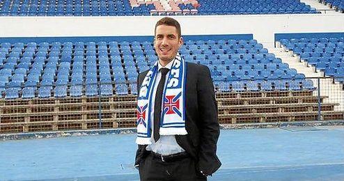 Julio Vel�zquez posa en su nuevo estadio con la bufanda de OS Belenense.