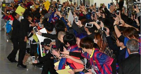 Imagen de la acogida que recibi� el FC Barcelona en Jap�n.