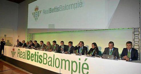 El actual consejo de administración del Betis, al comienzo de la junta