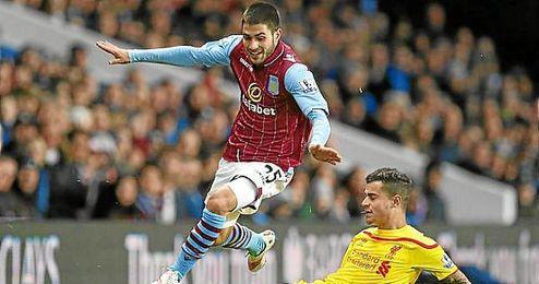 Carles Gil, en acción con el Aston Villa.