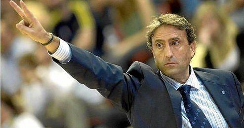 Luis Casimiro dirigiendo un partido del CB Sevilla.