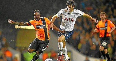 Fazio, en plena acción con la camiseta del Tottenham.