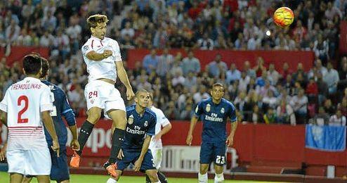Fernando Llorente cabecea un balón en el Sevilla-Real Madrid, donde marcó tras salir del banquillo