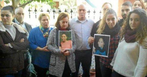En la imagen, la familia adoptiva de Maloma portando fotos de la joven.