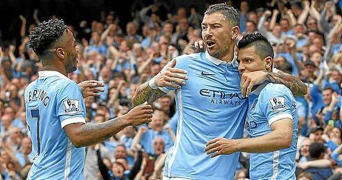 Sterling, Kolarov y Agüero celebran un gol.