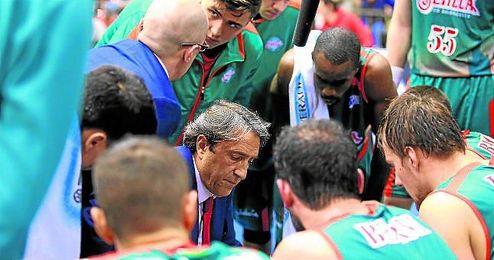 En la imagen, Casimiro dando indicaciones a sus jugadores.