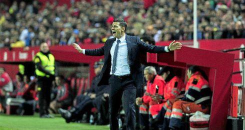 Galca dirigiendo a sus jugadores durante el encuentro.