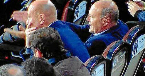 Pepe Mel, junto a Ríos, en la grada del Camp Nou tras ser expulsado.