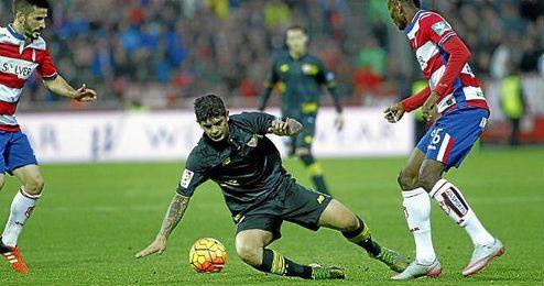 Banega pugna por un balón ante el Granada.