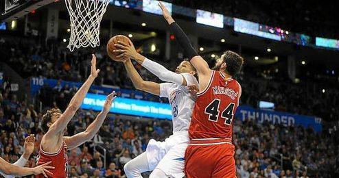 Pau Gasol y Nikola Mirotic, en un lance de juego con los Bulls.