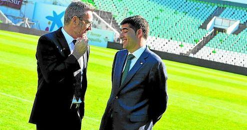 Eduardo Macià y Ángel Haro, dos de los componentes de la comisión deportiva, departen sobre el césped del Villamarín.
