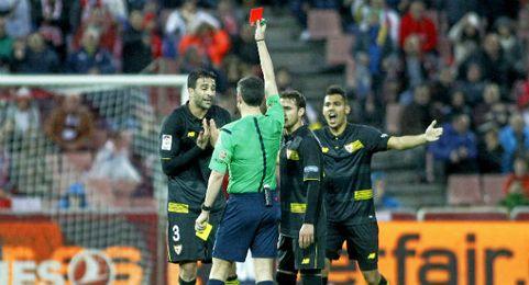 Momento en el que Undiano Mallenco expulsa por doble amarilla a Rami en Granada.