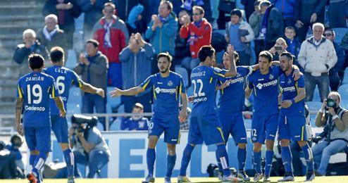 Los jugadores azulones celebran un tanto delante de su afici�n.
