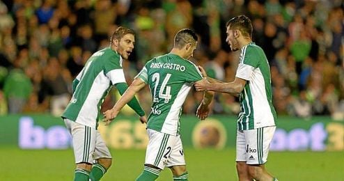 Joaquín y Ceballos animan a Rubén tras su fallo de penalti.