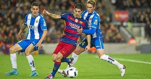 Lance de juego entre el FC Barcelona y el RCD Espanyol.