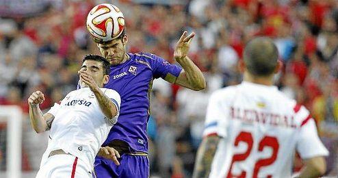 Marcos Alonso pugnando por un balón con Jose Antonio Reyes.