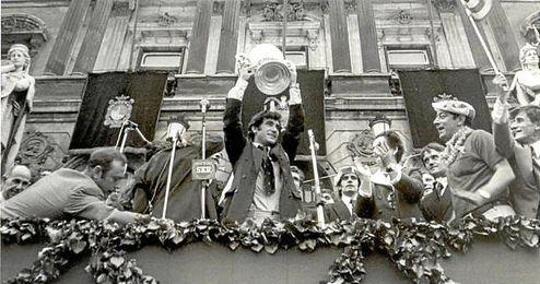 Félix Zubiaga alzando la Copa de la temporada 72-73.
