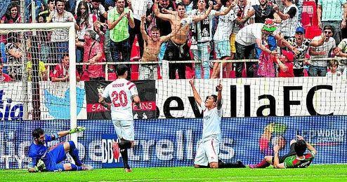Bacca celebra el segundo gol sevillista en la �ltima visita del Athletic a Nervi�n, resuelta con un 2-0 para los de Emery.