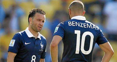 Karim Benzema y Mathieu Valbuena vistiendo la camiseta de la selección de Francia.
