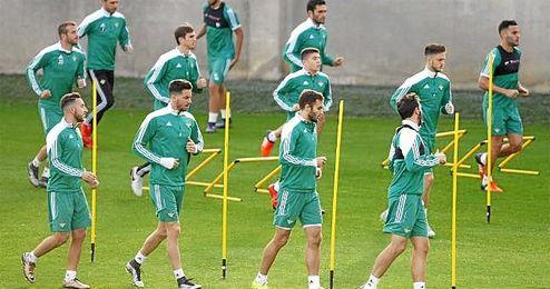 En la imagen, jugadores del Real Betis entrenando en la Ciudad Deportiva.