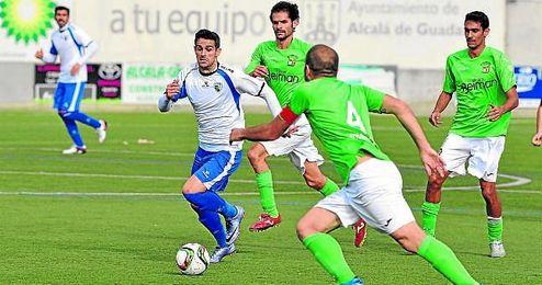 El atacante zurdo Juan Gómez (Alcalá) conduce el esférico en un lance del encuentro disputado ayer.