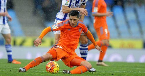 Enzo P�rez pugna por un bal�n en el partido frente a la Real Sociedad