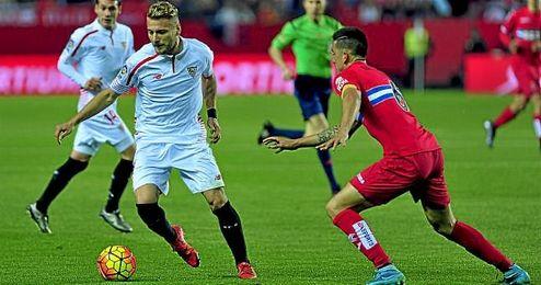 Immobile conduce el balón ante el Espanyol.