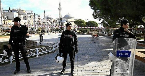 Imagen de los polic�as en la plaza de Sultanahmet, donde ha ocurrido el atentado.