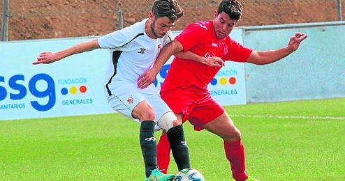 El extremo utrerano Barrio controla el esf�rico en un encuentro con el Sevilla C.