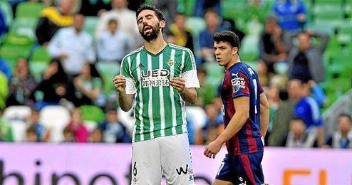 Jordi Figueras se lamenta en un partido con el Betis.