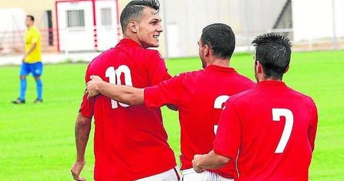 Juan Diego Molina ´Stoichkov´ celebra un gol con el San Roque.