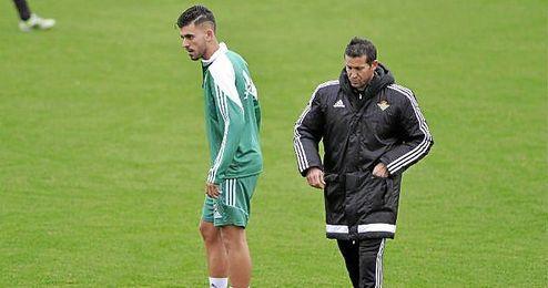 Merino pasa por detr�s de Ceballos en un entrenamiento.
