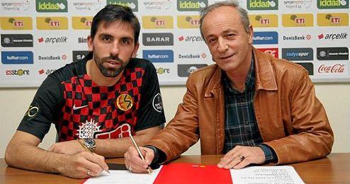 Momento en el que Jordi Figueras estampa su firma como nuevo jugador del Eskisehirspor.
