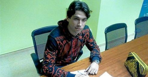 Peleteiro firmando su nuevo contrato.