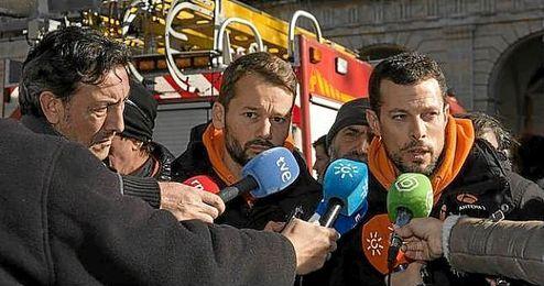 José Antonio Reina en la manifestación pidiendo libertad para los bomberos.