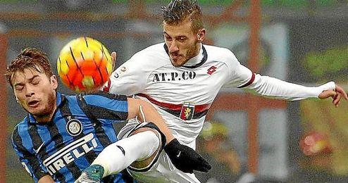 Diogo lucha un bal�n con la el�stica del Genoa