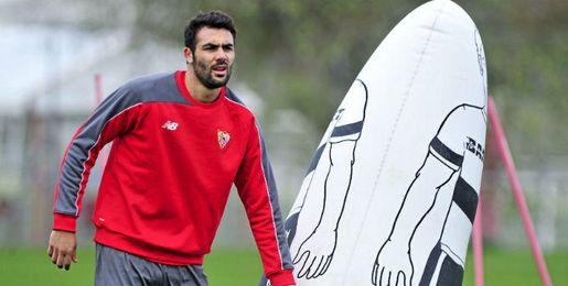 Vicente Iborra, durante un entrenamiento del Sevilla F.C.