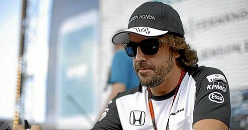 Fernando Alonso, durante una firma de aut�grafos.
