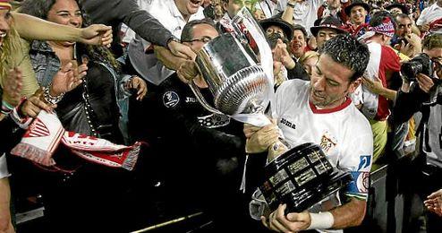 Palop sostiene la última Copa del Rey, en 2010.