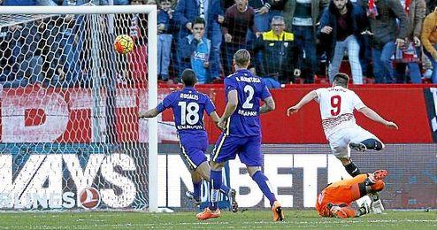 Gameiro define ante Kameni en el Sevilla-Málaga.