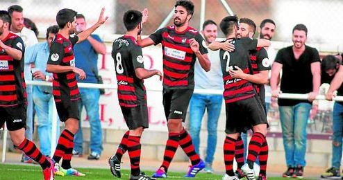 El rojinegro Juan Antonio (centro) festeja con sus compa�eros un gol en la presente temporada.