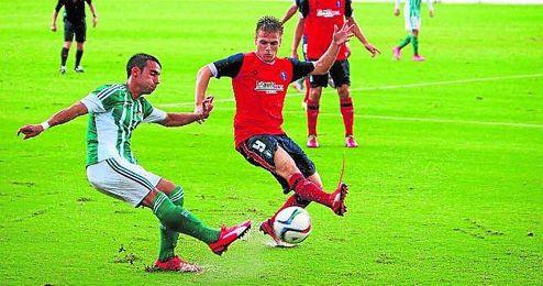 Rafa Navarro, ante el recreativista Ernesto, con el Betis B.