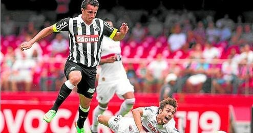 Leandro Damiao se marcha de Rodrigo Caio durante un Sao Paulo-Santos.